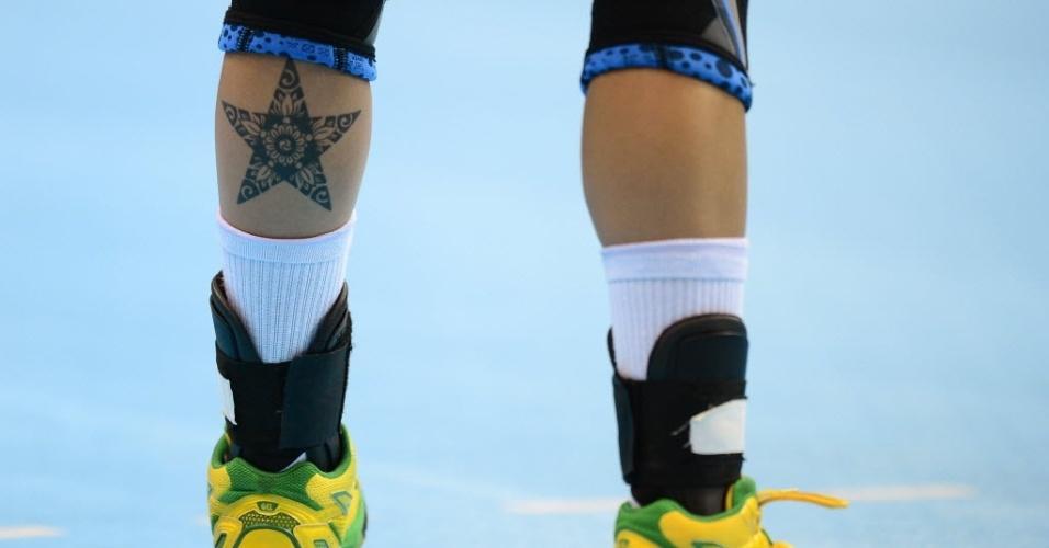 A jogadora Fernanda Silva Rocha, da seleção brasileira de handebol, exibe tatuagem na perna durante estreia em Londres