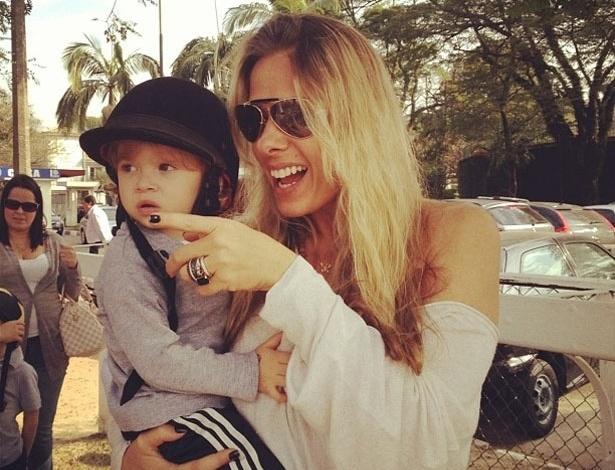 """Adriane Galisteu publica foto com o filho, Vittorio, usando um casquete, capacete usado na equitação. """"Dia de pocotó...."""", escreveu a apresentadora (28/7/12)"""