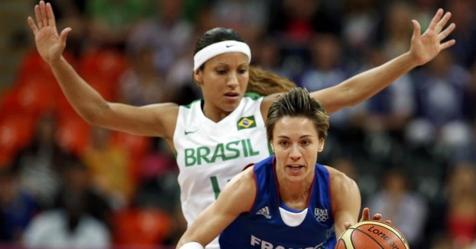 Adrianinha, armadora da seleção de basquete, exerce a marcação sobre Celine Dumerc, da França