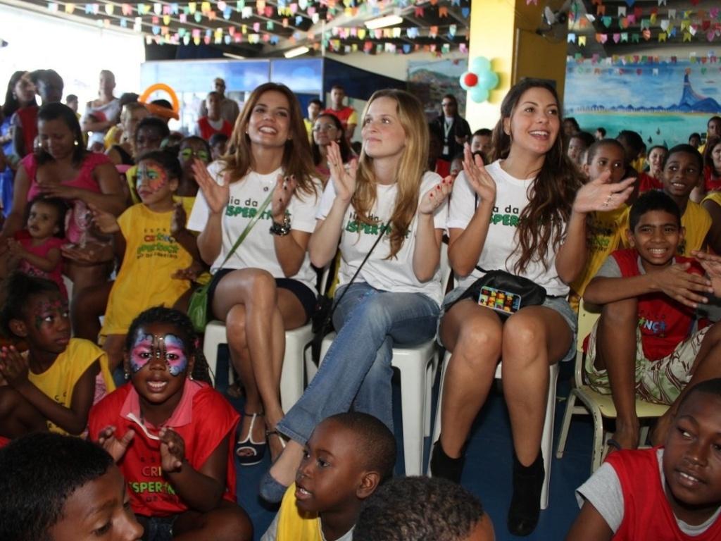 As atrizes Nívea Stelmann, Fernanda Rodrigues e Fabíola Nascimento (da esq para dir) participam de evento com crianças no Morro do Cantagalo, no Rio de Janeiro (28/7/12)