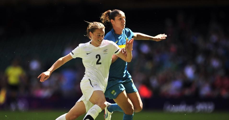 Atacante Cristiane tenta passar por Ria Percival, da Nova Zelândia, na segunda partida brasileira nos Jogos