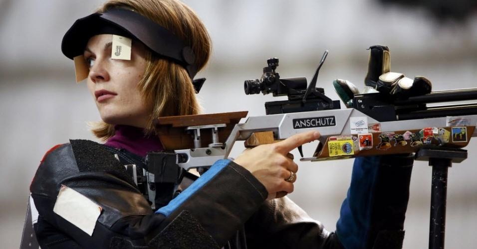 Atiradora tcheca Katerina Emmons compete no rifle de ar de 10 m em Londres (28/07/2012)