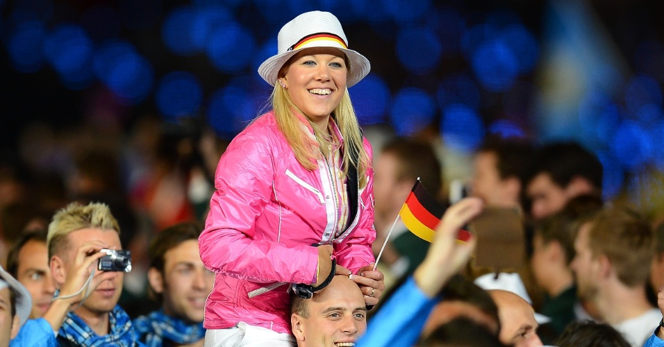 """Atleta alemã vai de """"cavalinho"""" em ombro de companheiro na cerimônia de abertura"""