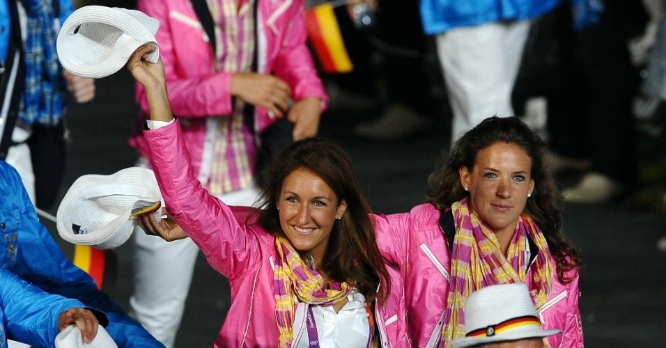 Atletas da Alemanha distribuem sorrisos na cerimônia de abertura