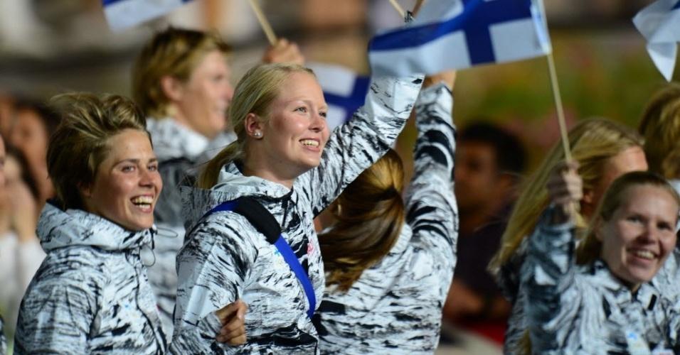 Atletas da Finlândia desfilam na cerimônia de abertura das Olimpíadas