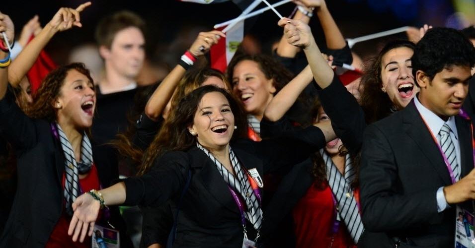 Belas atletas da delegação do Egito participam da cerimônia de abertura em Londres