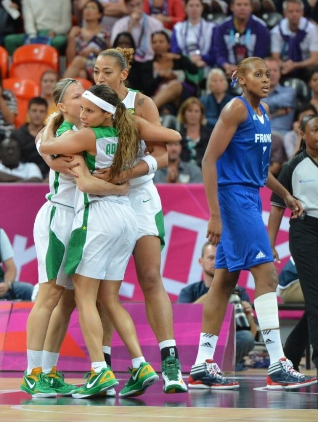 Brasileiras do basquete se abraçam após cesta da equipe na partida contra a França