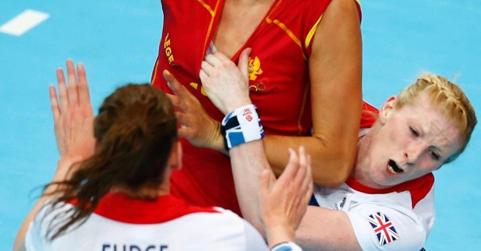Britânica exagera na marcação e coloca a mão dentro da camiseta de montenegrina durante jogo de handebol na Olimpíada (28/07/2012)