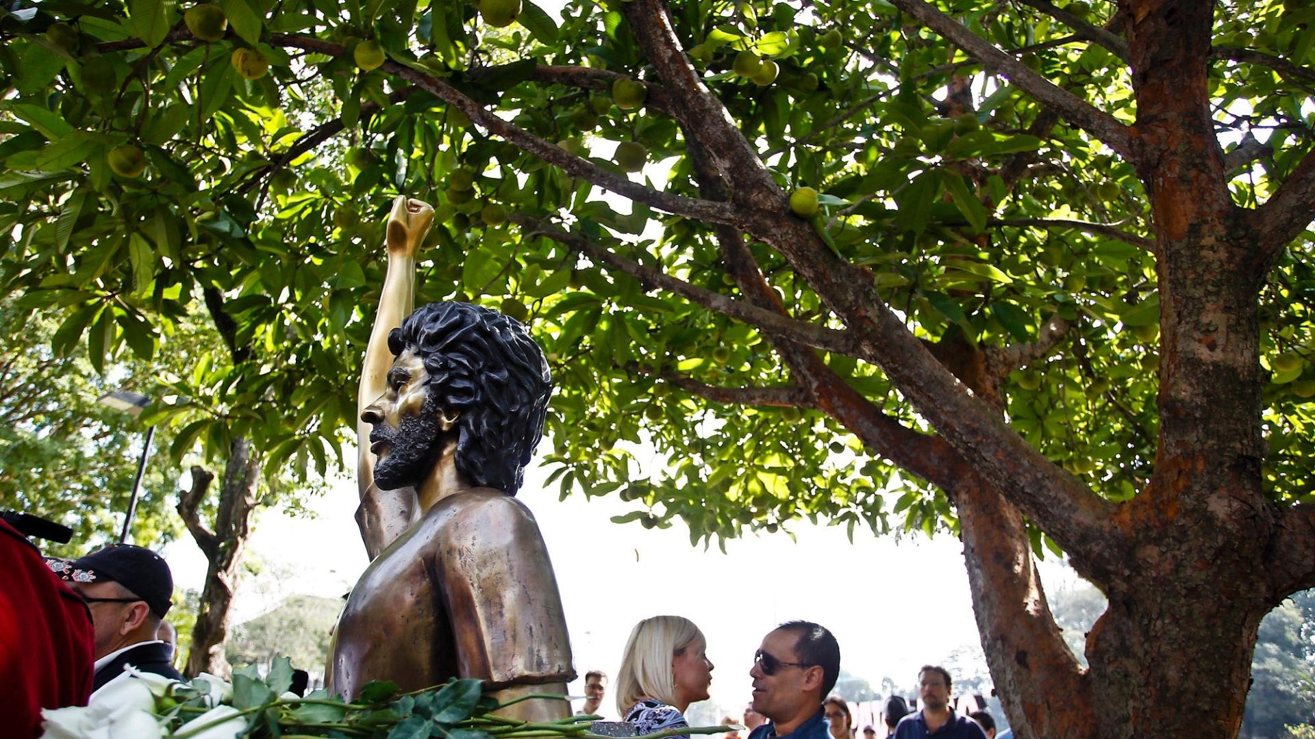 Busto também recebeu rosas brancas após sua inauguração no Parque São Jorge