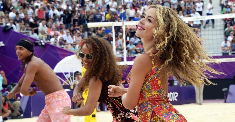Cheerleaders dançam durante intervalo de jogo de vôlei de praia em Londres (28/07/12)