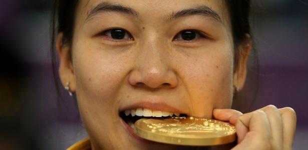 Chinesa Yi Siling morde medalha de ouro, a primeira distribuída em Londres