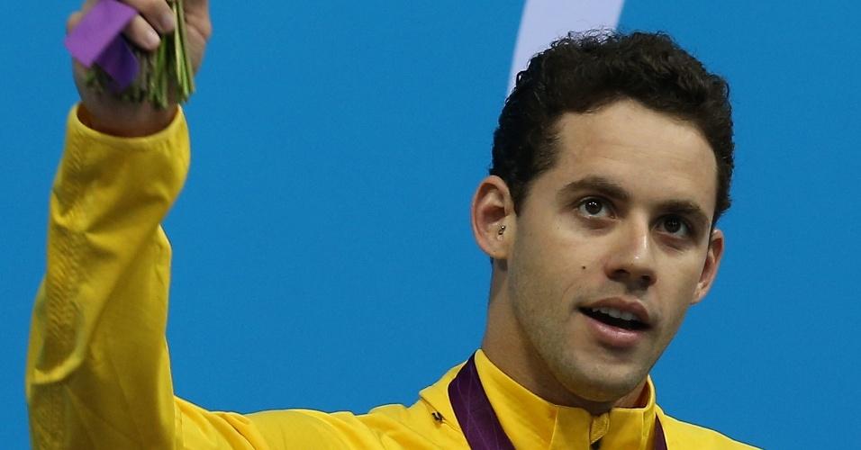 Com a medalha de prata no peito, o nadador Thiago Pereira acena para a torcida no pódio dos 400 m medley dos Jogos de Londres