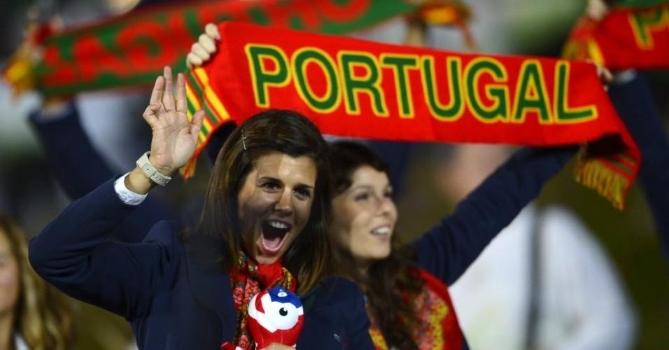 Com bichinho a tiracolo, atleta de Portugal se diverte na cerimônia de abertura dos Jogos