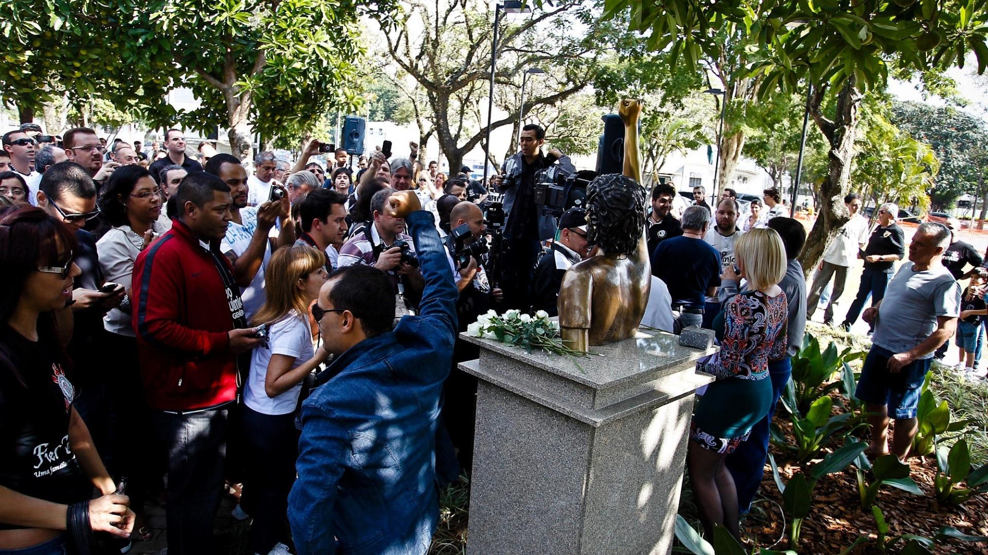 Corintianos imitaram o gesto tradicional de Sócrates ao lado do busto no Parque São Jorge