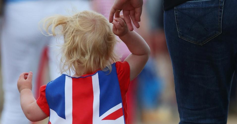 Criança vestida com a bandeira da Inglaterra passeia pelo parque olímpico no primeiro dia oficial de provas dos Jogos de Londres (28/07/2012)