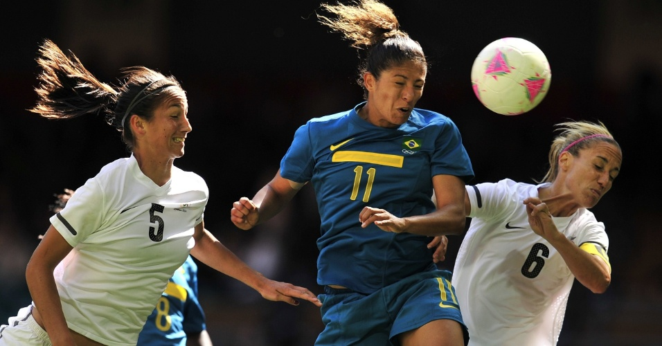 Cristiane tenta cabeçada em partida da seleção brasileira feminina de futebol contra a Nova Zelândia