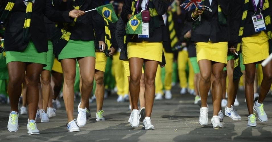 Detalhe das pernas das atletas brasileiras durante o desfile das delegações na cerimônia de abertura dos Jogos de Londres