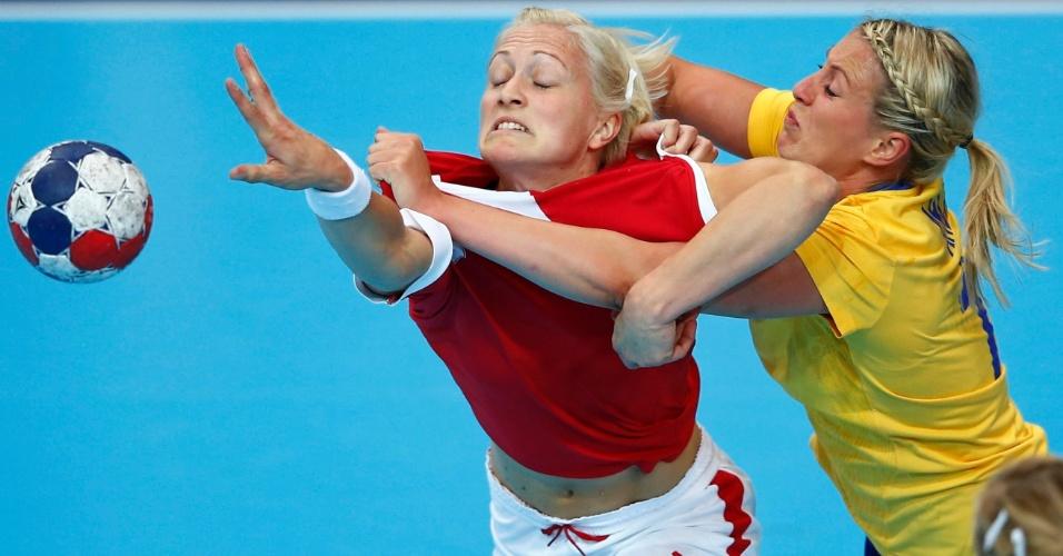 Dinamarquesa Rikke Skov e sueca Johanna Ahlm lutam com vontade pela posse de bola