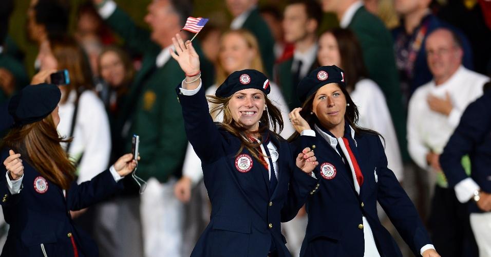 Dupla de atletas dos EUA desfila na abertura dos Jogos Olímpicos
