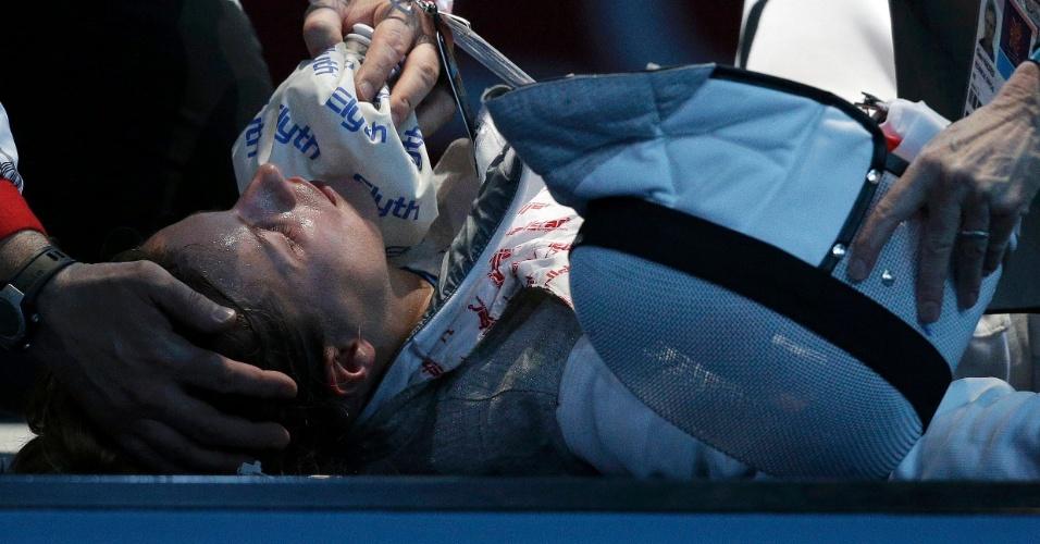 Esgrimista alemã Carolin Golubytskyi recebe atendimento médico após se machucar durante jogo contra a italiana Elisa Di Francisca (28/07/2012)