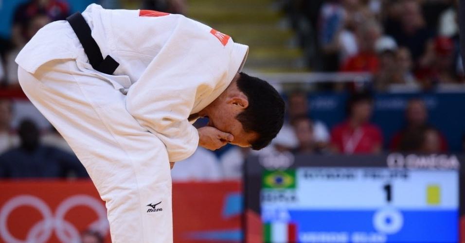 Felipe Kitadai chora após conquistar a medalha de bronze depois de vencer o italiano Elio Verde