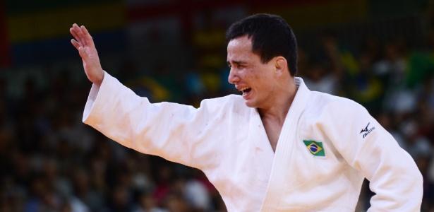 Felipe Kitadai comemora vitória contra o italiano Elio Verde, que lhe garantiu a medalha de bronze