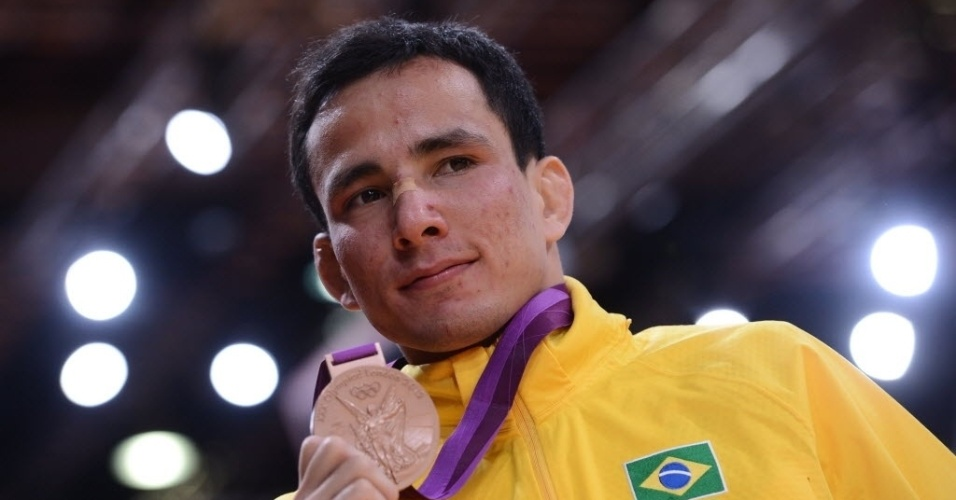 Felipe Kitadai exibe a medalha de bronze conquistada na Olimpíada de Londres