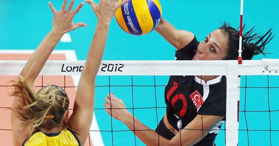 Fernandinha tenta bloquear o ataque de Sonsirma, da Turquia, na estreia da equipe brasileira na Olimpíada
