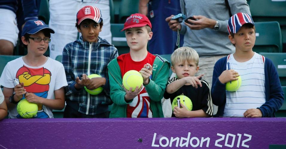 Garotos aguardam a passagem da tenista Petra Kvitova para pedirem autógrafos (28/07/2012)