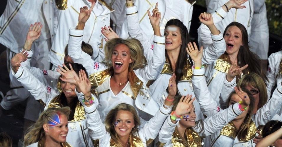 Integrantes da delegação do Reino Unido fazem a festa durante a desfile dos atletas na abertura dos Jogos Olímpicos