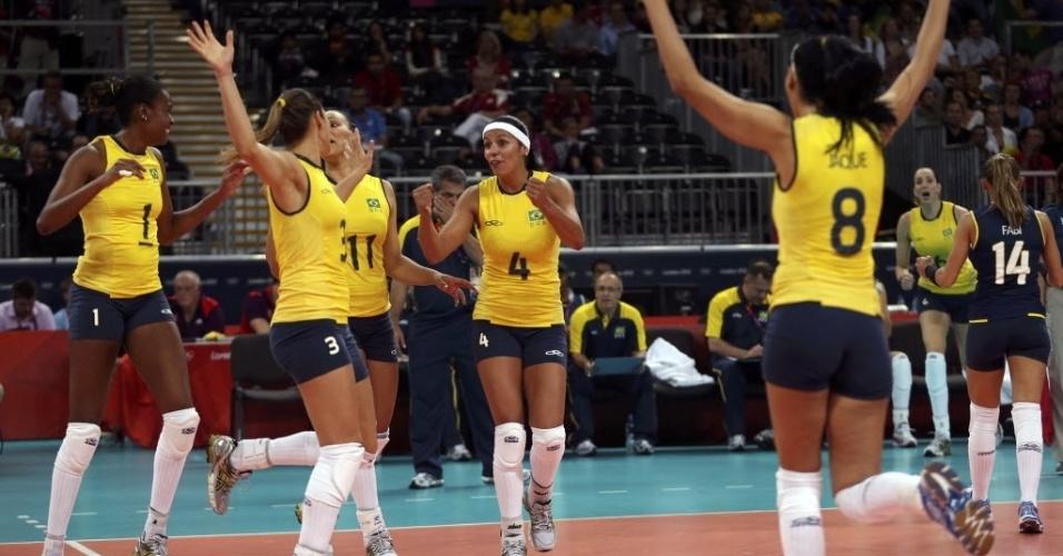 Jogadoras brasileiras comemoram ponto na partida contra a seleção truca, na estreia dos times na Olimpíada