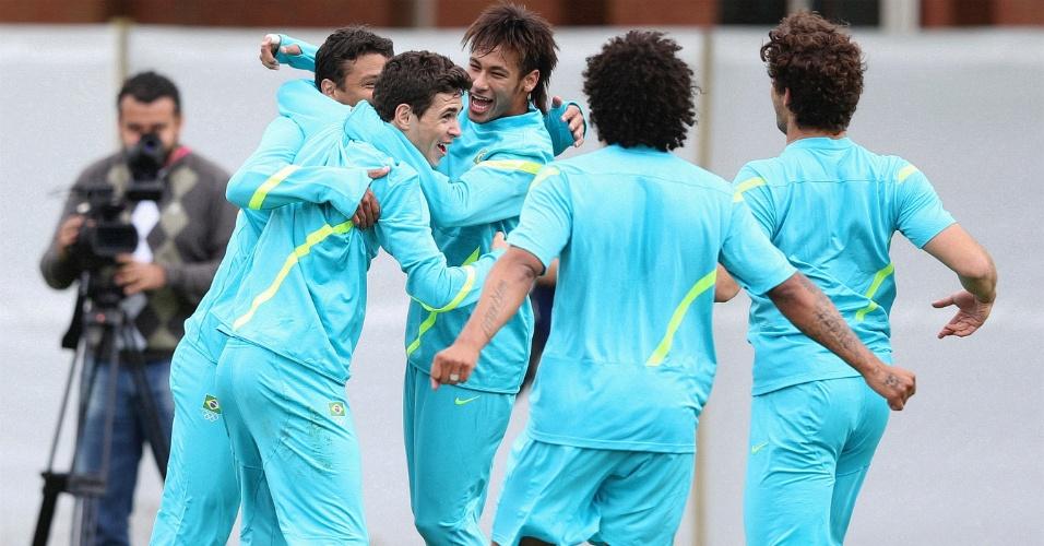 Jogadores do Brasil mostram descontração e brincam durante treino realizado em Manchester (28/07/2012)