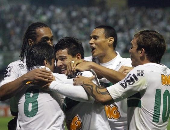 Jogadores do Coritiba comemoram gol de Ayrton (centro) sobre o Grêmio pelo Brasileiro (28/07/2012)