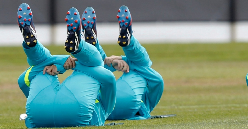 Jogadores fazem aquecimento e ficam em poses constrangedoras durante treino da seleção brasileira masculina de futebol (28/07/2012)