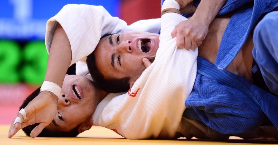 Judoca Felipe Kitadai, de azul, passou por Tumiurkhuleg Davaadorj, da Mongolia, em sua primeira luta na categoria até 60 kg