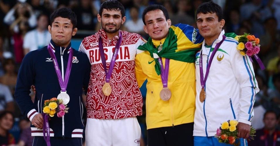 Judoca Felipe Kitadai exibe a medalha de bronze no pódio dos Jogos Olímpicos de Londres