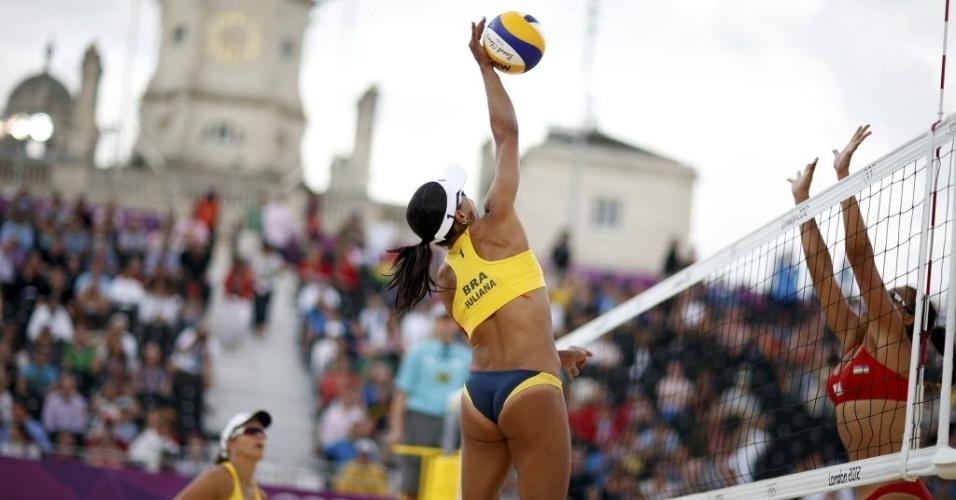 Juliana ataca contra o bloqueio da dupla de Ilhas Maurício; ela e Larissa venceram por 2 sets a 0