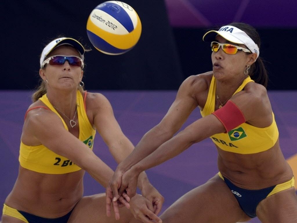 Juliana e Larissa se posicionam para fazer recepção durante a vitória sobre a dupla de Ilhas Maurício