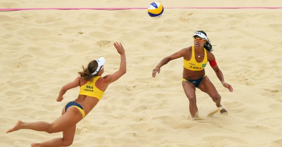 Larissa e Juliana tentam a jogada na fácil vitória na estreia em Londres