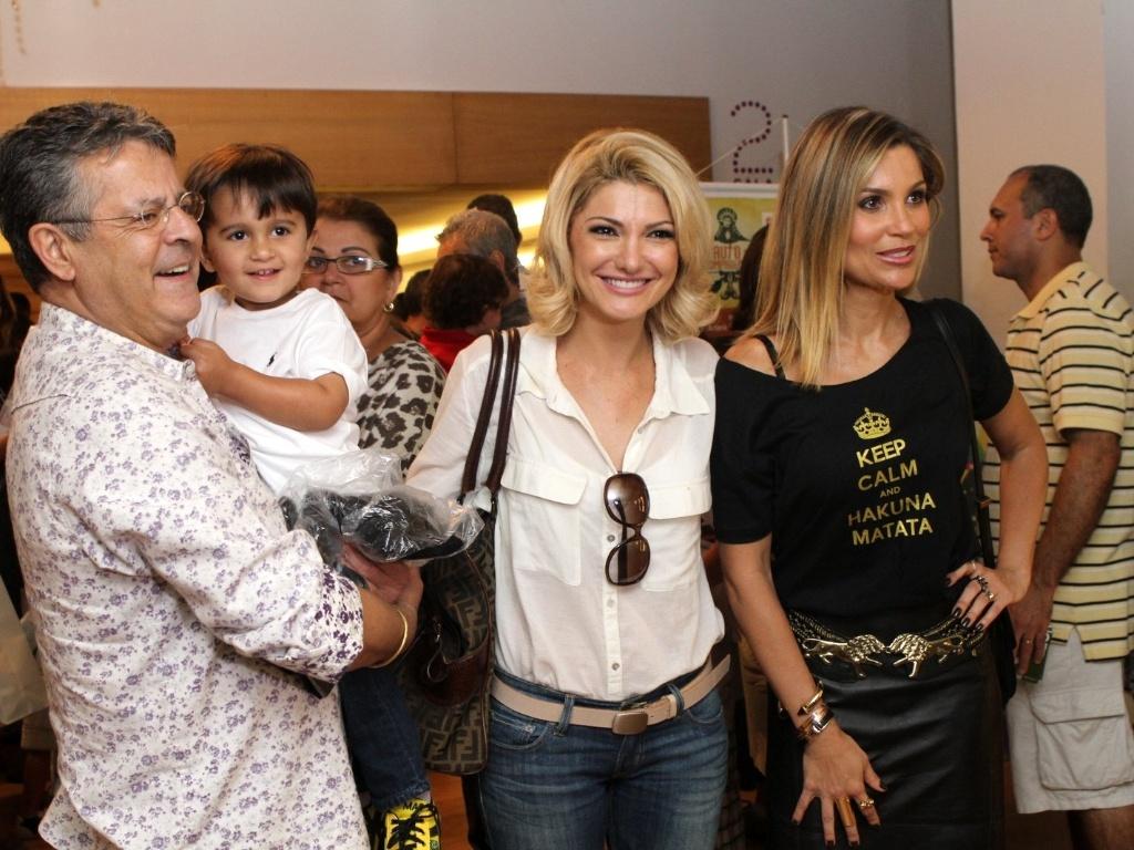 Marcos Paulo e Flávia Alessandra prestigiaram a estreia da filha, Giulia, de 12 anos, no teatro, com a peça