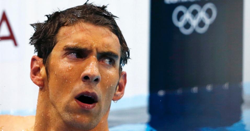 Michael Phelps observa o placar após terminar em quarto e ficar fora do pódio na final dos 400 m medley (28/07/2012)