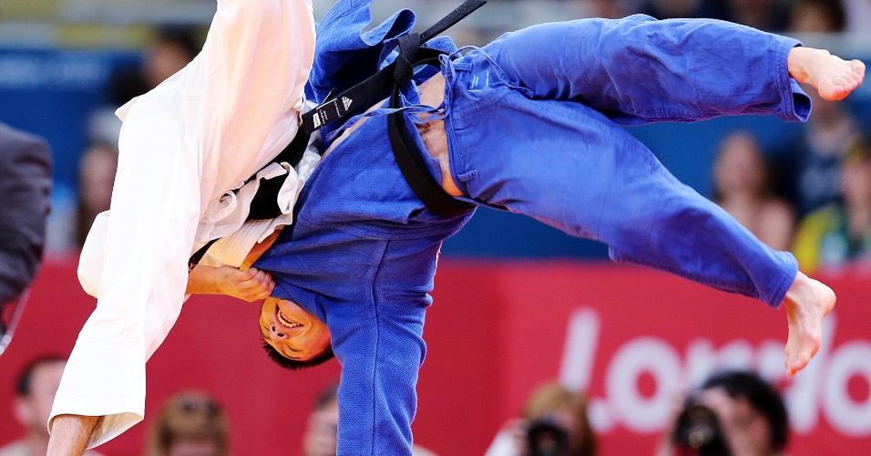 O judoca brasileiro Felipe Kitadai aplica golpe no sul-coreano Gwang-Hyeon Choi durante luta em Londres