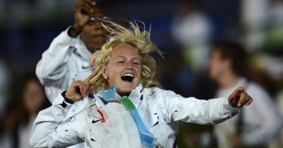 Philippine Van Aanholt se diverte na cerimônia de abertura; velejadora nasceu na Holanda, mas compete como atleta independente