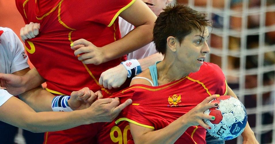 Pivô montenegrina Ana Dokic tenta escapar da dura marcação britânica.