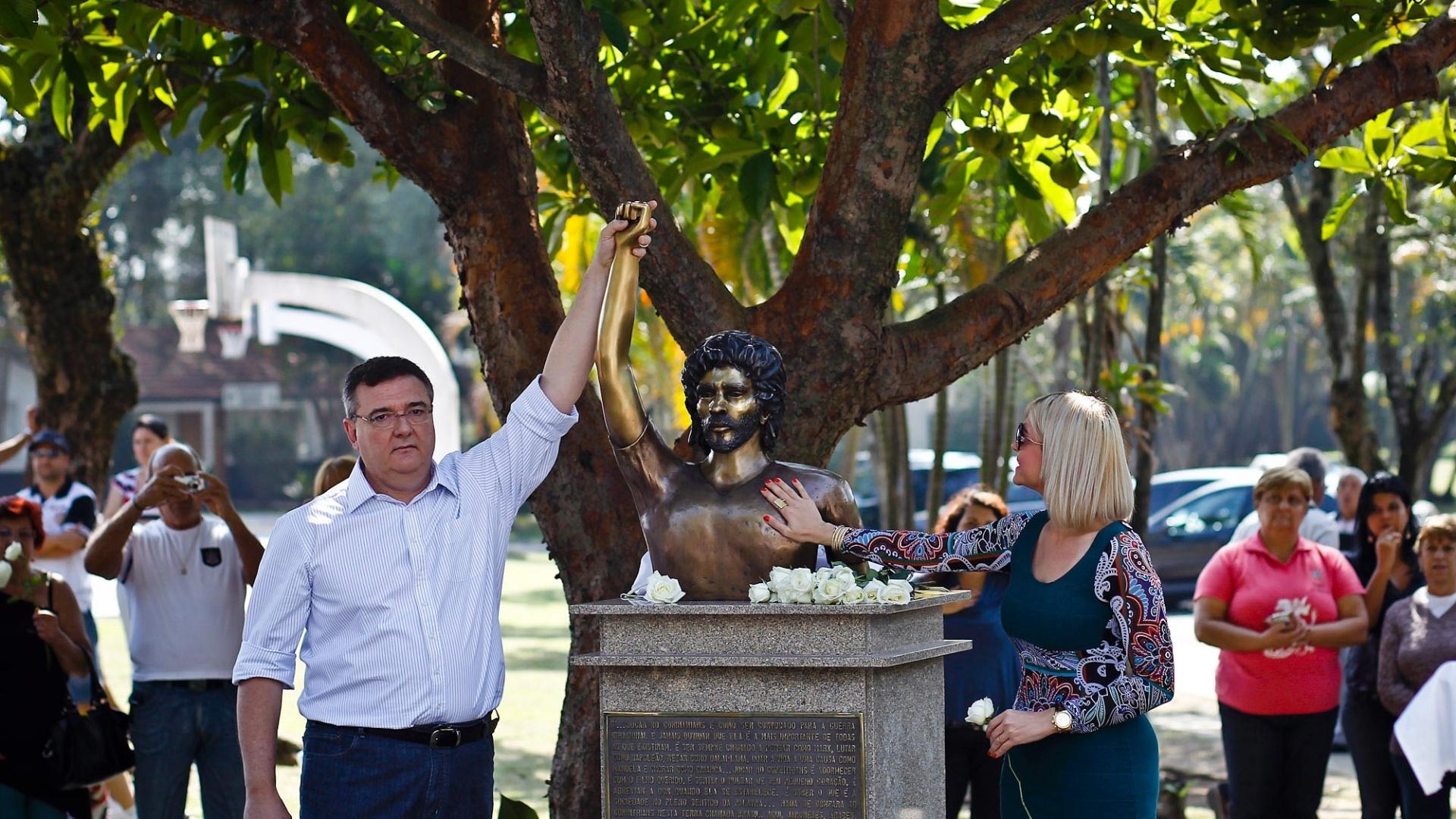 Presidente do Corinthians, Mário Gobbi, inaugura busto de Sócrates no Parque São Jorge
