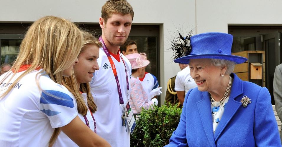 Rainha Elizabeth 2ª cumprimenta membros da delegação britânica na Vila Olímpica (28/07/12)