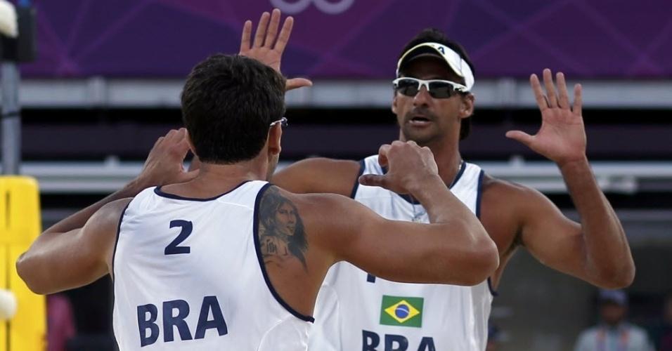 Ricardo e Pedro Cunha comemoram ponto durante a vitória sobre dupla norueguesa na estreia do vôlei de praia