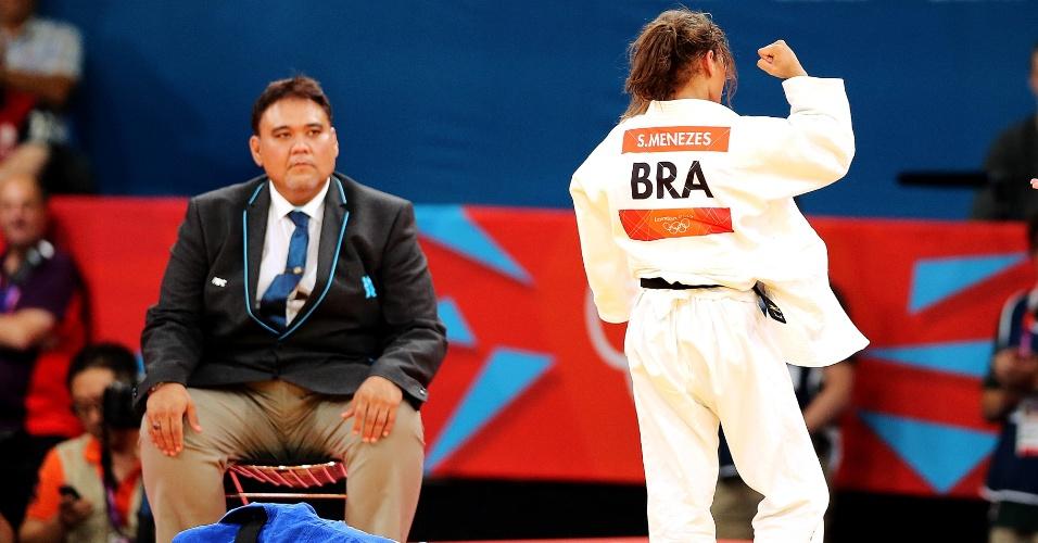 Sarah Menezes comemora a vitória contra Charline van Snick pela semifinal da categoria até 48 kg