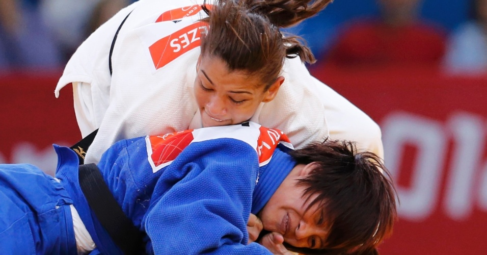 Sarah Menezes, de branco, também estreou bem e superou a vietnamita Ngoc Tu Van em seu primeiro desafio na categoria até 48 kg