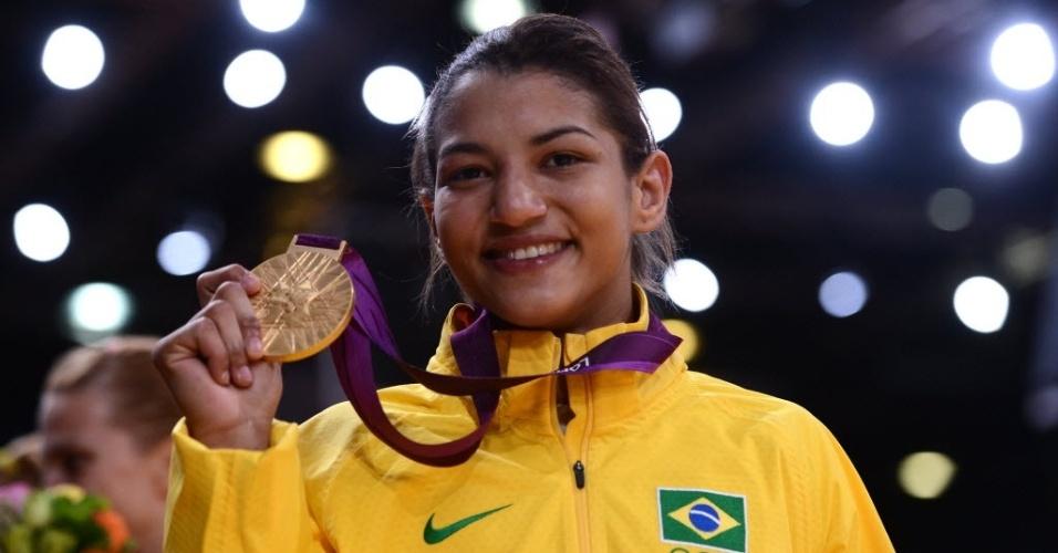 Sarah Menezes exibe a medalha de ouro conquistada na categoria até 48 kg após a vitória sobre a romena Alina Dumitru